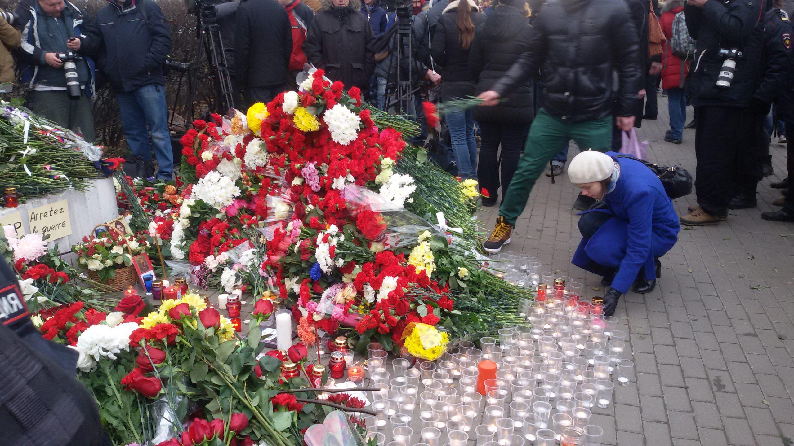 Москвичи возлагают цветы у посольства Франции