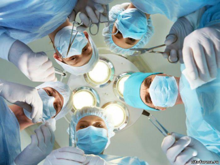 Хирурги склонились над больным